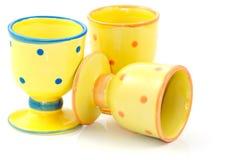 Egg-cups cerâmicos pontilhados amarelo   Imagens de Stock