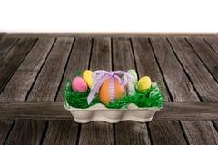 Egg dans un nid de Pâques avec de petits oeufs sur une table Photos libres de droits