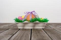 Egg dans un nid de Pâques avec de petits oeufs sur une table Images libres de droits