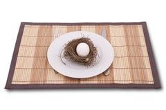 Egg in einem Nest, das auf einer Platte gedient wird stockfotos