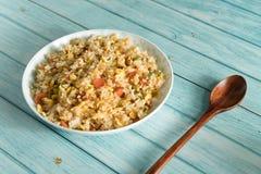 Egg el arroz frito con un fondo de madera azul del grano fotos de archivo