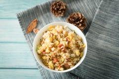 Egg el arroz frito con un fondo de madera azul del grano imagen de archivo libre de regalías