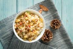 Egg el arroz frito con un fondo de madera azul del grano imágenes de archivo libres de regalías