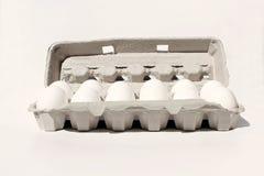 Egg el cajón aislado en blanco con docena huevos Fotografía de archivo