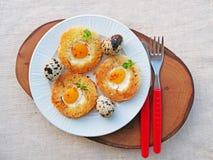 Egg em uma cesta com ovos e açafrão de codorniz na placa branca Fotos de Stock Royalty Free