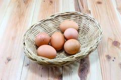 Egg i taglieri di legno, i cucchiai di legno, forcelle di legno Fotografie Stock
