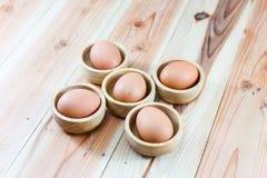 Egg i taglieri di legno, i cucchiai di legno, forcelle di legno Fotografie Stock Libere da Diritti