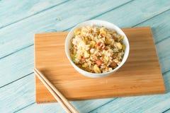 Egg il riso fritto con un fondo di legno blu del grano immagini stock libere da diritti
