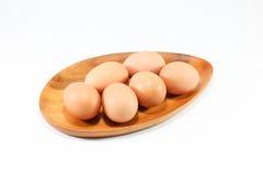 Egg la bifurcación de madera, cuchara de madera en el fondo blanco Fotos de archivo