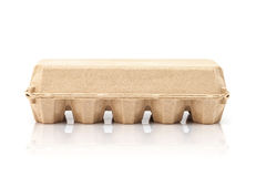 Egg la caja de moldeo de papel de empaquetado aislada en el fondo blanco Imagen de archivo libre de regalías