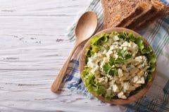 Egg la ensalada con la opinión superior horizontal de la mayonesa y del pan Fotos de archivo libres de regalías