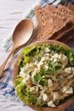 Egg la ensalada con la opinión superior vertical de la mayonesa y del pan Foto de archivo