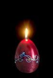 Egg la forma, la candela ovale di Pasqua, la fiamma, b alta e scura isolata e vicina Fotografia Stock Libera da Diritti