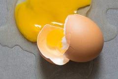 Egg la grieta del descenso salpicada abajo en la baldosa cerámica Fotos de archivo libres de regalías