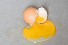 Egg la grieta del descenso salpicada abajo en la baldosa cerámica Imágenes de archivo libres de regalías