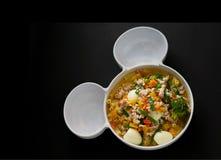 Egg la sopa de la verdura y del cerdo en el fondo negro, visión superior imagen de archivo