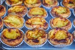 Egg la tarta, postre portugués tradicional, de en colores pastel nata en una bandeja imagenes de archivo