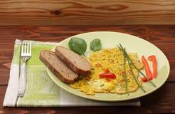 Egg la tortilla con paprika y las hierbas y pan verdes Foto de archivo