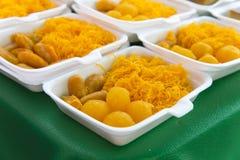egg las bolas del dulce de azúcar del yugo cocinadas en el jarabe, postre tailandés en packa de la espuma Imagenes de archivo
