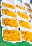 egg las bolas del dulce de azúcar del yugo cocinadas en el jarabe, postre tailandés en paquete de la espuma Fotografía de archivo
