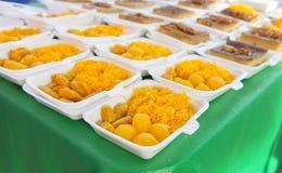egg las bolas del dulce de azúcar del yugo cocinadas en el jarabe, postre tailandés en paquete de la espuma Fotografía de archivo libre de regalías