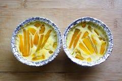 Egg las natillas con la calabaza en dos tazas que cuecen, postre tailandés Foto de archivo libre de regalías