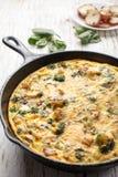 Egg le frittata cuit au four dans la poêle de fonte avec un plat des pommes de terre Images libres de droits