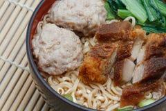 Egg le tagliatelle di riso servite con rimbalzo croccante della palla della carne di maiale e della carne di maiale Fotografie Stock Libere da Diritti