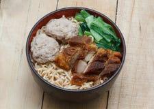 Egg le tagliatelle di riso servite con rimbalzo croccante della palla della carne di maiale e della carne di maiale Fotografia Stock Libera da Diritti