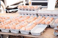 Egg los cajones de huevos marrones y blancos en un mercado local de los granjeros Fotos de archivo