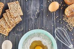 Egg na farinha, em ingridients da padaria para o pão, em pizza ou em torta que fazem os ingridients, configuração lisa do aliment Fotos de Stock