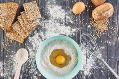 Egg na farinha, ingridients da padaria para o valor máximo de concentração no trabalho do pão, da pizza ou da torta Imagens de Stock