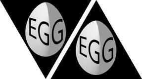 Egg no triângulo com o logotipo do ovo da inscrição, ícone Fotografia de Stock Royalty Free