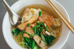 Egg noodle soup with red roast pork Royalty Free Stock Photos