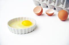 Egg o garfo com shell de ovo e caixa do ovo no fundo branco Fotografia de Stock