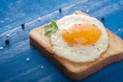 Egg su pane tostato fotografia stock libera da diritti