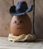 Egg su un nido stilizzato su un bordo di legno 2 Fotografia Stock Libera da Diritti