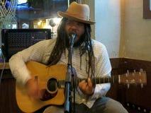 eggae音乐家基思Batlin唱并且弹吉他 免版税库存照片