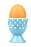 eggcup azul e branco com um ovo imagens de stock