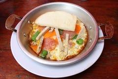 Eggdrop sur la casserole avec du porc et le légume photos libres de droits