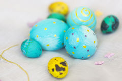 Egge amarillo y azul claro con los dibujos de la mano de lunares, espirales de Pascua Fotografía de archivo