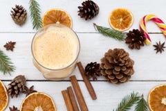Eggnog με την κανέλα και μοσχοκάρυδο στο χρόνο Χριστουγέννων Επίπεδος βάλτε στοκ εικόνες