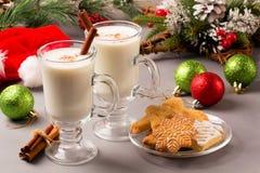 Eggnog рождества в стеклянных кружке и циннамоне стоковые фото
