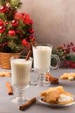 Eggnog рождества в стеклянных кружке и циннамоне стоковые изображения