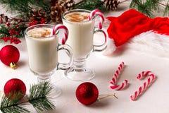 Eggnog рождества в стеклянных кружке и циннамоне стоковые фотографии rf