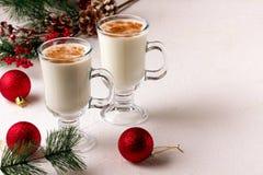 Eggnog рождества в стеклянных кружке и циннамоне стоковое фото