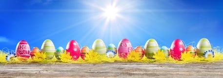 Eggs пасха в строке на соломе Стоковые Фото