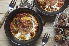 Eggs al forno in una ciotola dell'argilla Fotografie Stock