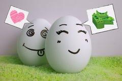 Eggs alegre con un juego del escondite de la cara Imagen de archivo libre de regalías