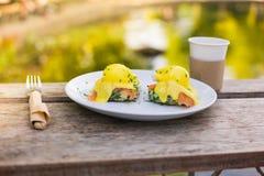 Eggs Benedict em uma placa no parque Fotografia de Stock Royalty Free